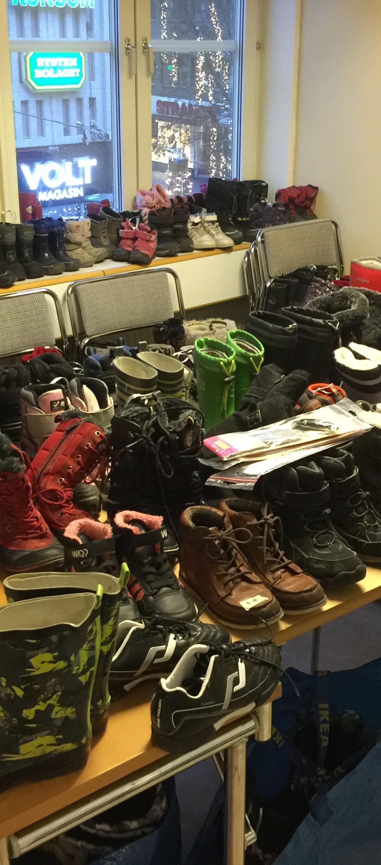 300 kvinnor och barn fick kläder och skor på Röda Korset